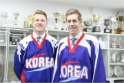 Hokejisté Matt Dalton a Eric Regan narozeni v Kanadě, ale nyní reprezentující Jižní Koreu