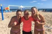 Plážové volejbalistky Kristýna Kolocová Hoidarová s Michaelou Kvapilovou a trenérkou