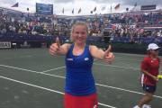 Kateřina Siniaková se raduje ze svého prvního bodu ve Fed Cupu