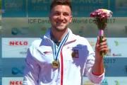 Martin Fuksa se raduje z vítězství v prvním závodu SP 2017