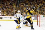 Hráč Pittsburghu dává v prvním finálovém utkání gól do sítě Nashville Predators
