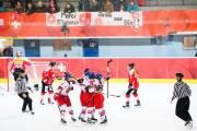 České hokejistky slaví gól do sítě Švýcarska