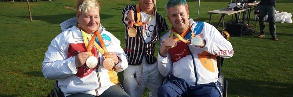 Čeští paralympijští medailisté Běla Třebínová, Arnošt Petráček a David Drahonínský
