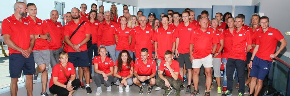 Druhá skupina českých atletů při odletu do Lille. Dnes se mnozí z nich představí na stadionu.
