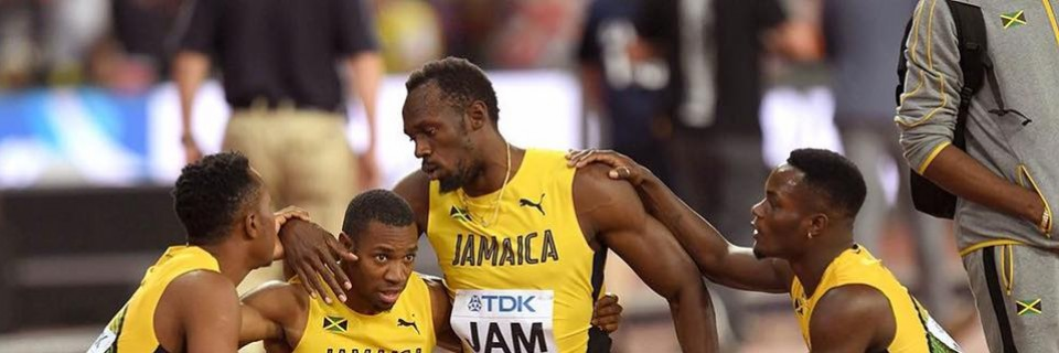 Usain Bolt smutní s ostatními členy štafety po vlastním zranění na MS 2017