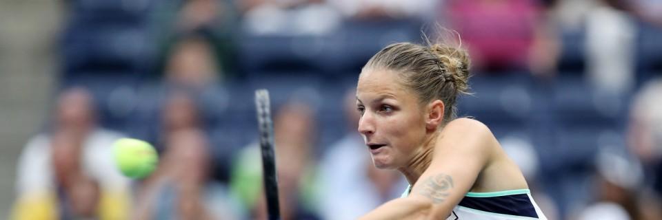 Tenistka Plíšková odvrací úder soupeřky Coco Vandewegheové