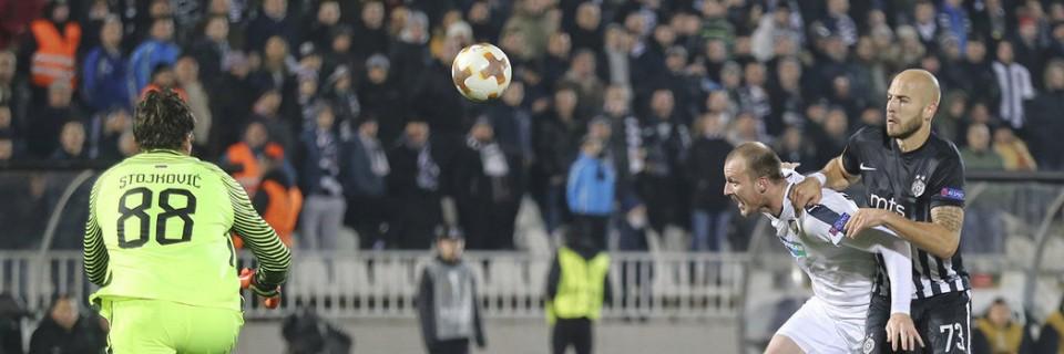 Michael Krmenčík se snaží prosadit přes obranu Partizanu Bělehrad
