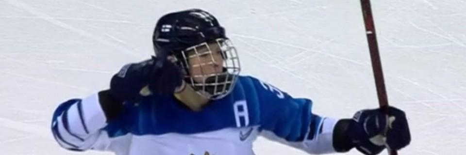 Hokejistka Finska slaví gól