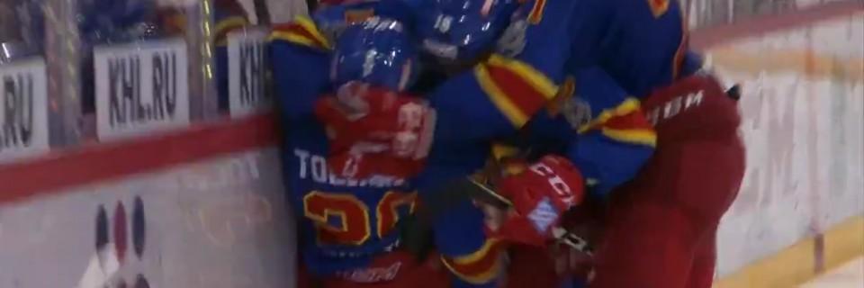 Finský útočník Eeli Tolvanen slaví gól